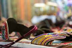 sprzedaż barwioni sandały przy afrykanina sklepem Fotografia Stock