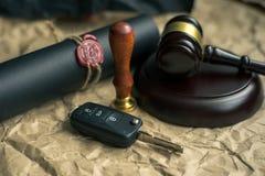 Sprzedaż biznesmena lub mężczyzna chwiania ręki z kobietą po samochodowej pożyczkowej zgody podpisywali Obrazy Stock