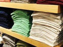 Sprzedaż ciepła zima odziewa w sklepie obrazy royalty free