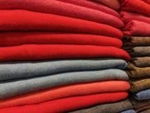 Sprzedaż ciepła zima odziewa w sklepie obrazy stock