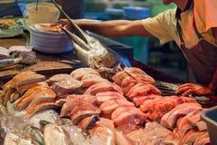 Sprzedaż jest świeża niż ryba w rybim rynku obraz royalty free