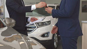 Sprzedaż kierownik sprzedaje samochód klient przy przedstawicielstwem handlowym zdjęcie wideo