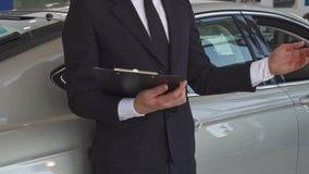 Sprzedaż kierownik wskazuje jego rękę na samochodzie zdjęcie wideo