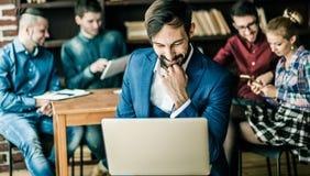 Sprzedaż kierownik z laptopem na tle biznes drużyna wewnątrz obraz stock
