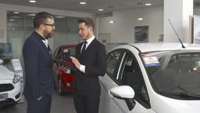 Sprzedaż kierownika explaines kontrakt klient przy przedstawicielstwem firmy samochodowej zdjęcie wideo
