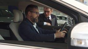 Sprzedaż kierownika komes samochód z klientem wśrodku go zbiory