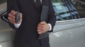 Sprzedaż kierownika przedstawień klucz blisko samochodu zbiory