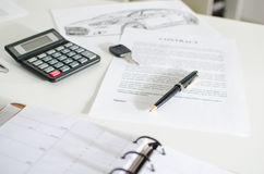Sprzedaż kontrakt, klucz, pióro i kalkulator, Fotografia Stock