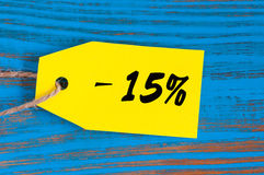 Sprzedaż minus 15 procentów Duże sprzedaże piętnaście procentów na błękitnym drewnianym tle dla ulotki, plakat, zakupy, znak, rab Obraz Stock