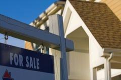 sprzedaż nieruchomości prawdziwy znak zdjęcia stock