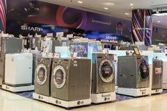 Sprzedaż pralki w supermarkecie różnorodni wytwórcy w Siam Paragon centrum handlowym, Bangkok, Tajlandia Obrazy Stock
