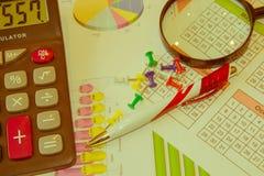 Sprzedaż raportu analiza z piórem i kalkulatorem obraz royalty free