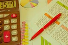 Sprzedaż raportu analiza z piórem i kalkulatorem zdjęcie stock