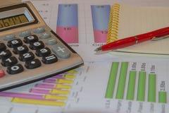 Sprzedaż raportu analiza z piórem i kalkulatorem fotografia stock