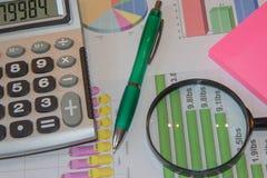 Sprzedaż raportu analiza z piórem i kalkulatorem obrazy royalty free