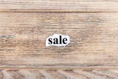 sprzedaż tekst na papierze Słowo sprzedaż na poszarpanym papierze com pojęcia figurki wizerunku odpoczynku dobra trwanie tekst Obrazy Stock