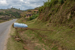 Sprzedaż węgiel drzewny na poboczu, Madagascar Zdjęcia Royalty Free