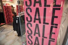 Sprzedaż w zakupy okno obraz stock