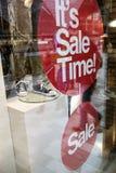 Sprzedaż w zakupy wndow moda sklep zdjęcia stock