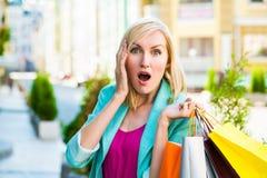 Sprzedaż, zakupy, turystyka i szczęśliwi ludzie pojęć, - piękna kobieta z torba na zakupy w ctiy zdjęcia stock