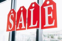 sprzedaż znak robić etykietki z listami na okno Fotografia Royalty Free