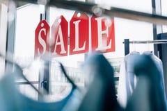 sprzedaż znak robić etykietki z listami na okno butik z wieszakami Zdjęcie Royalty Free