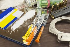 Sprzedaże leki Międzynarodowy przestępstwo, leka kupczyć Leki i pieniądze na drewnianym stole Obraz Royalty Free