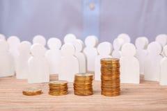 Sprzedaże przyrost i dochodowość Tłum pracownicy i stos moneta schodki zdjęcia stock