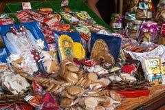 Sprzedaże tradycyjni Bożenarodzeniowi cukierki na jarmarku Ciastka i cukierki Fotografia Royalty Free