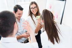 Sprzedaże Zespalają się przy biznesowym spotkaniem w biurowym planowaniu fotografia royalty free
