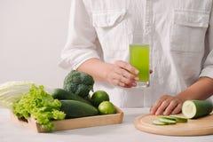 sprzedażny Zdrowy weganinu jedzenie Świezi warzywa, jagody, zielenie i owoc w drewnianej tacy: ogórek rzodkwi zieleni grochy biał obraz stock