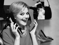 Sprzedaży i luksusu zakupy pojęcie Dziewczyna z makeup chwytów różną wysokością heeled buty blisko ucho zdjęcia stock