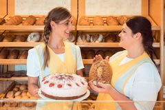 Sprzedaży kobiety w piekarni z tortem i chlebem obrazy royalty free
