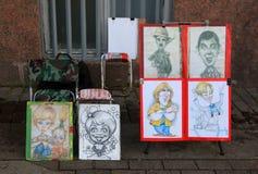 Sprzedaży kreskówek uliczny artysta przy pałac kwadratem petersburg Rosji st Zdjęcia Stock