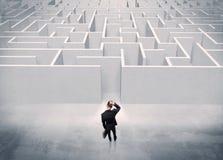 Sprzedaży osoby pozycja przy labiryntu wejściem zdjęcie stock