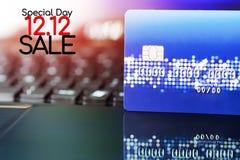 12 12 sprzedaży pojęcie, karta kredytowa dogodność zakupy życia pojęcie Handlu elektronicznego zakupy pojęcie zdjęcie stock