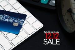 12 12 sprzedaży pojęcie, zbliżenie karta kredytowa na czerni wchodzić do guzika, dogodność zakupy pojęcie obraz royalty free