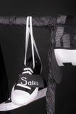 sprzedaży różowy kolor żółty Czarny i biały sneakers, nakrętki obwieszenie na ubraniach dręczą tło piątek z bliska Obrazy Royalty Free