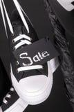 sprzedaży różowy kolor żółty Czarny i biały sneakers, nakrętki obwieszenie na ubraniach dręczą tło piątek z bliska Zdjęcie Royalty Free