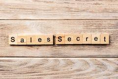 Sprzedaży tajny słowo pisać na drewnianym bloku sprzedaż tajny tekst na stole, pojęcie zdjęcia stock