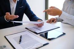 Sprzedaż kierownik daje rada podaniowej formy dokumentowi, consideri Fotografia Stock
