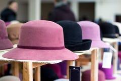 Sprzedaż odczuwani kapelusze w sklepie Zdjęcia Stock