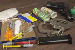 Sprzedaże leki Międzynarodowy przestępstwo, leka kupczyć Leki i pieniądze na drewnianym stole Fotografia Royalty Free
