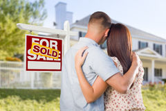 Sprzedający Dla sprzedaż znaka z Militarną parą Patrzeje dom Zdjęcia Royalty Free