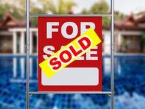 Sprzedający domu znaka obwieszenie z metal drymbą Zdjęcie Stock