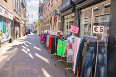 Sprzedający odziewa na ulicie w Dordrecht, holandie Zdjęcie Stock