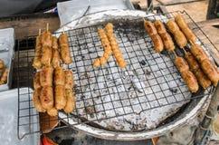 sprzedaje BBQ z ognistymi kiełbasami na grillu Obrazy Stock