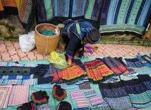 Sprzedawać etniczny odziewa w Sapa, Wietnam obraz stock