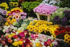Sprzedawać kwitnie przy kwiatu stojakiem Zdjęcia Royalty Free