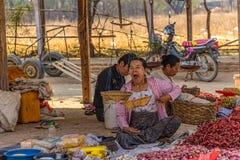 Sprzedawań warzywa przy miejscowego rynkiem Zdjęcia Stock